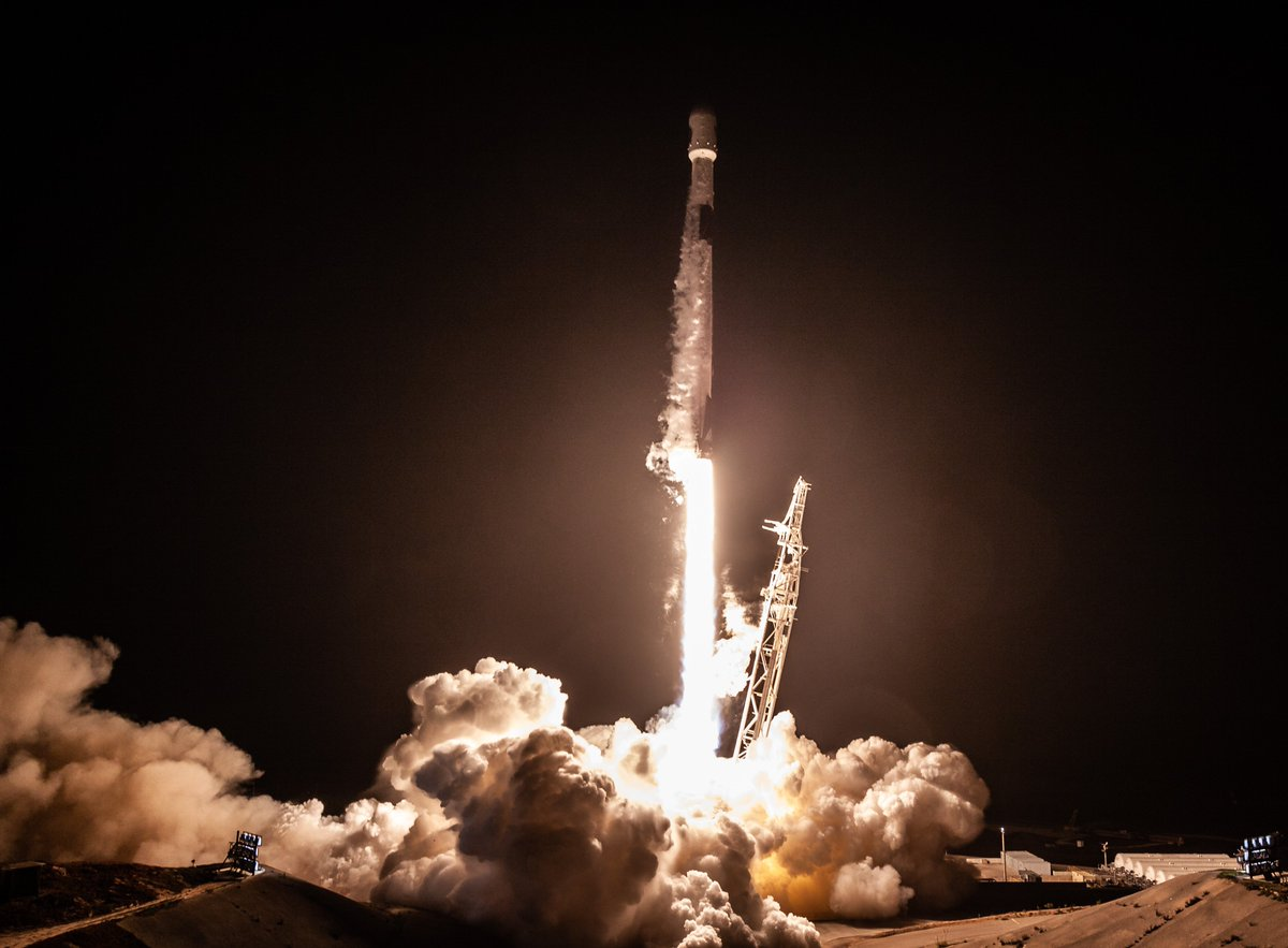 More photos from last night's Falcon 9 launch and first stage landing → https://t.co/095WHX44BX