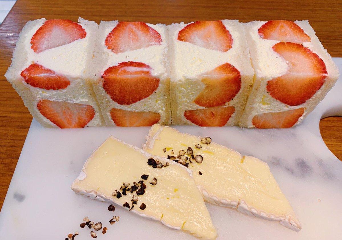 東京都銀座にあるお店「JOE'S CAFE」の、甘めのクリームがたっぷりと入り、大きめな苺を挟んだフルーツサンドウィッチ✨