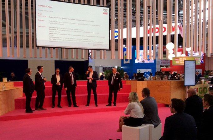 Peter Kunz, Head of Industrial & Logistics EMEA, leitet die illustre Diskussionsrunde zu neuen urban Logistics Konzepten in Zeiten des Omnichannel-Handels. #Exporeal t.co/lW9BhDPs0j