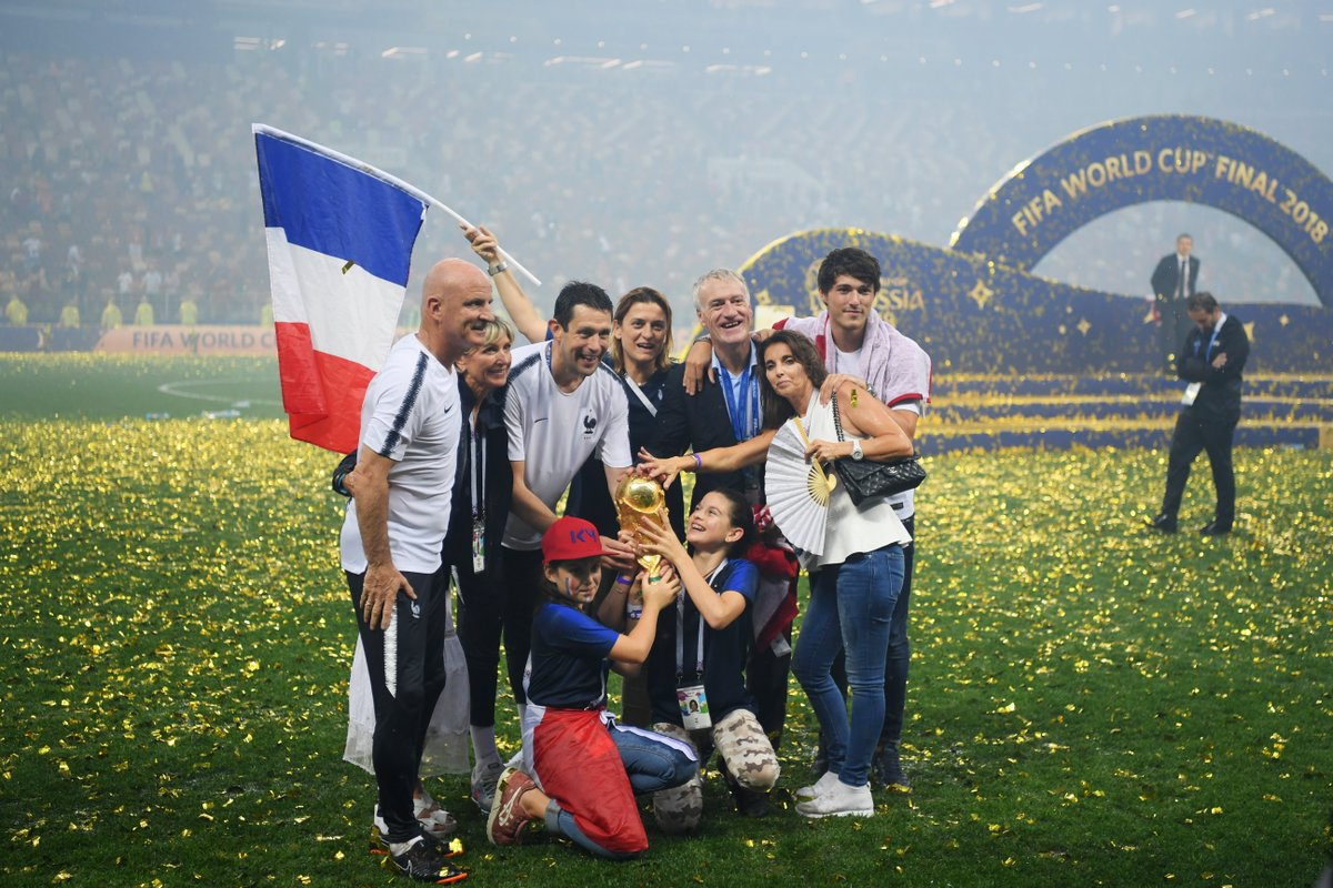 Happy 50th birthday Didier Deschamps!  📸👪Family, 🇫🇷@FrenchTeam and the #WorldCup 🏆
