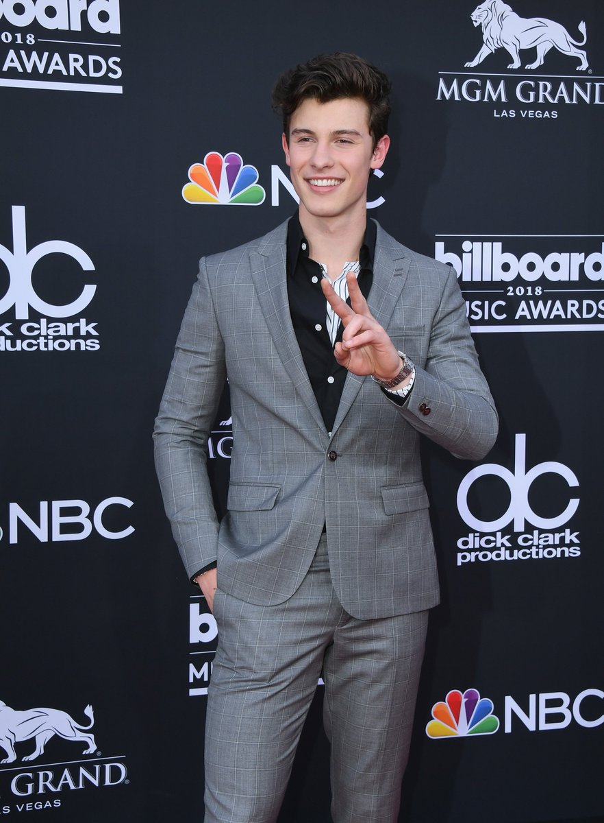 2cd6b8718 Shawn Mendes is king of peace signs, and the #AMAs are no  exception.pic.twitter.com/xOu44WcMCo