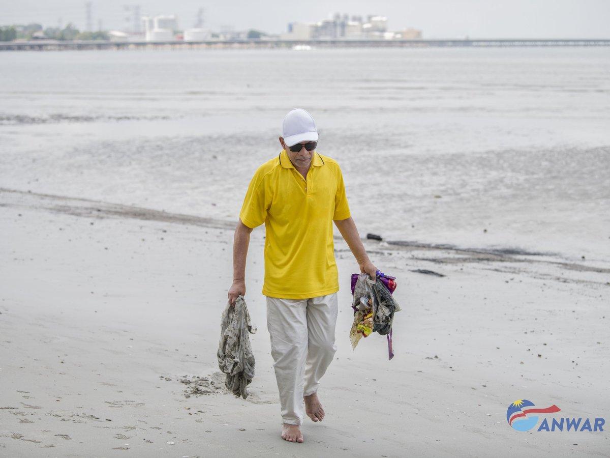 Image result for Gambar Anwar kutip sampah di {port Dickson