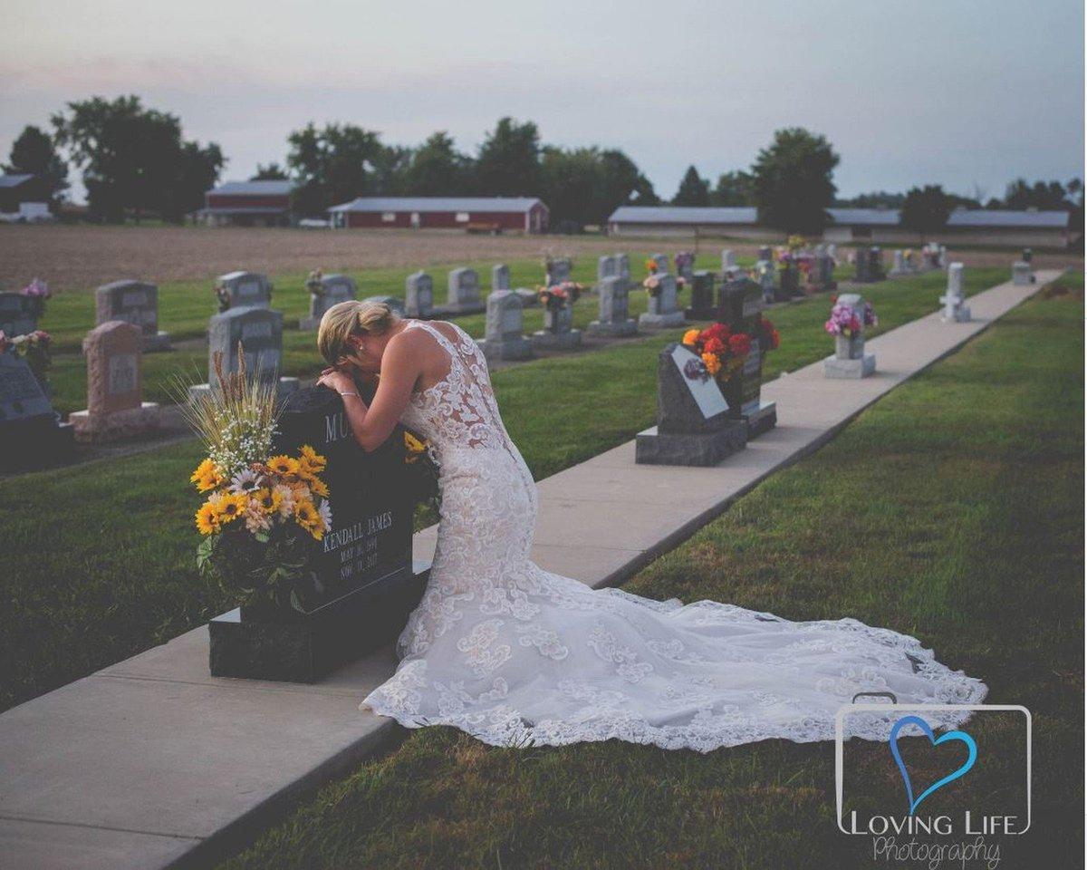 Vestida de noiva, jovem vai a túmulo de bombeiro no dia em que iriam se casar https://t.co/Z3t8LsFDfs #G1