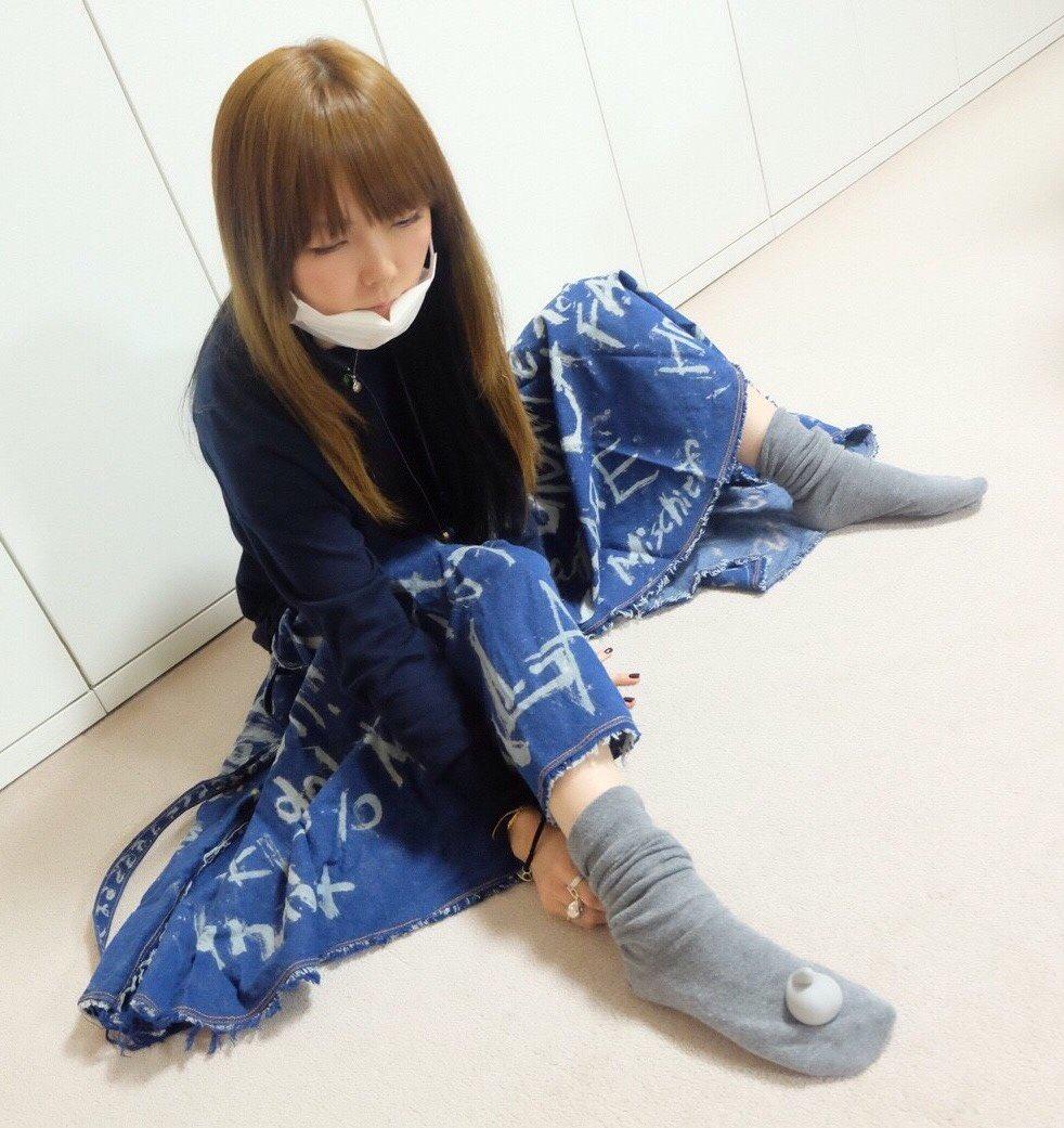 aiko靴下に何か載せてる画像