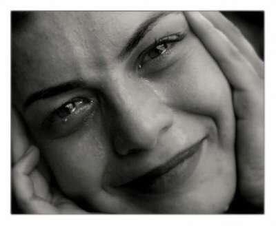 الدموع بلغة الجسد: إظهار الدموع اثناء الحزن يفرغ الطاقات السلبية ، ويساعد على اعادة التوازن من جديد . وهناك فرق بين دموع الفرح ودموع الحزن حيث ان دموع الفرح بارده ودموع الحزن حاره ..