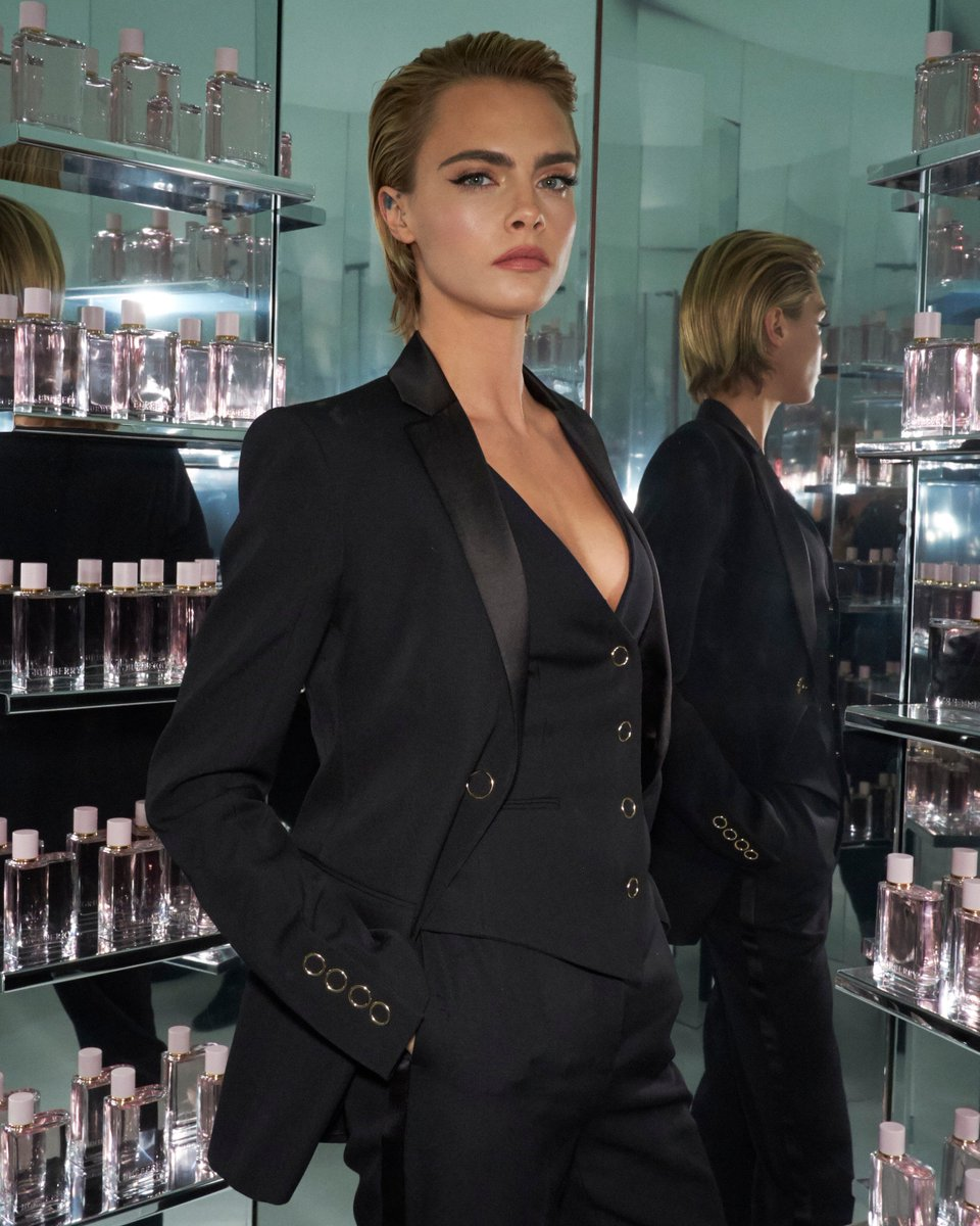 .@CaraDelevingne in the infinity room at the #BurberryHer House Party