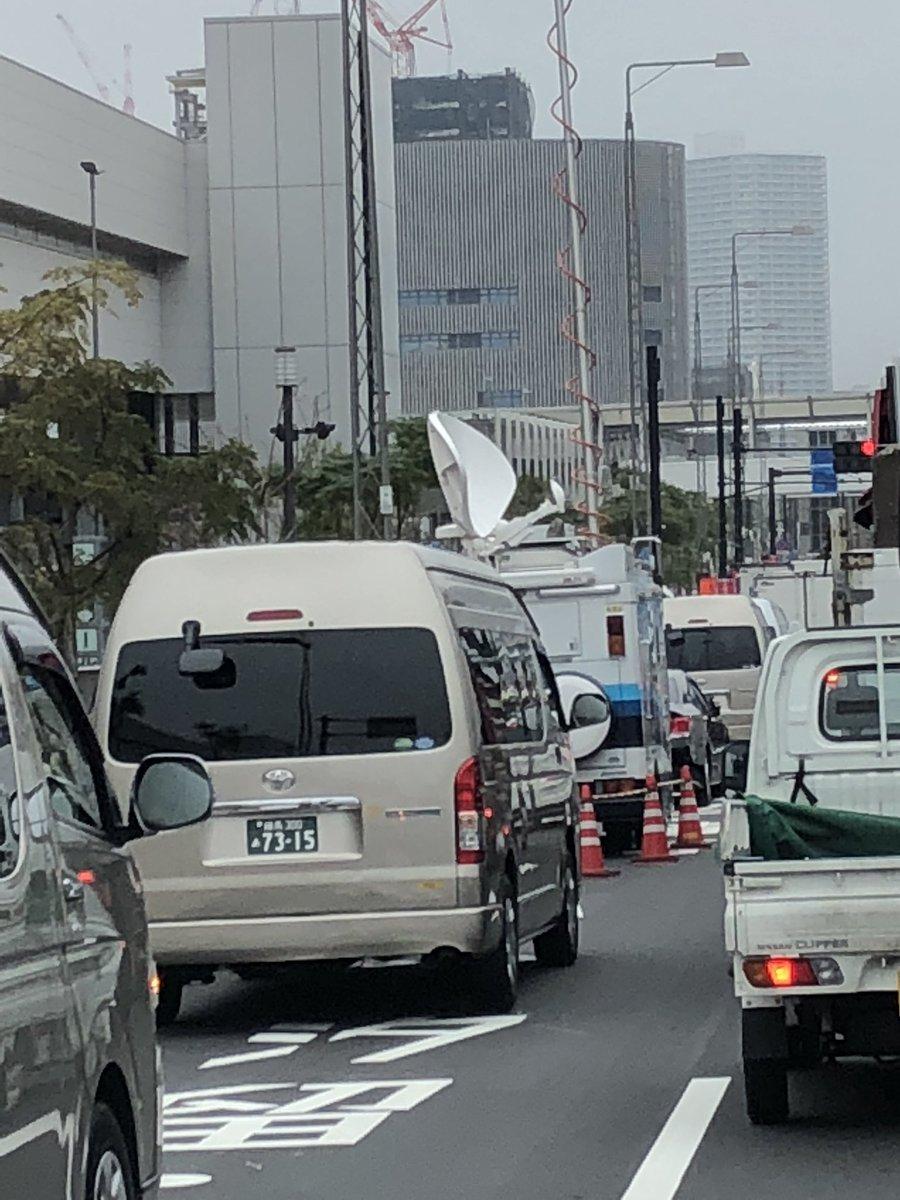 マスコミの車が二車線しかない道路の1車線を路駐で占領するから大渋滞。迷惑極まりない。   #豊洲市場