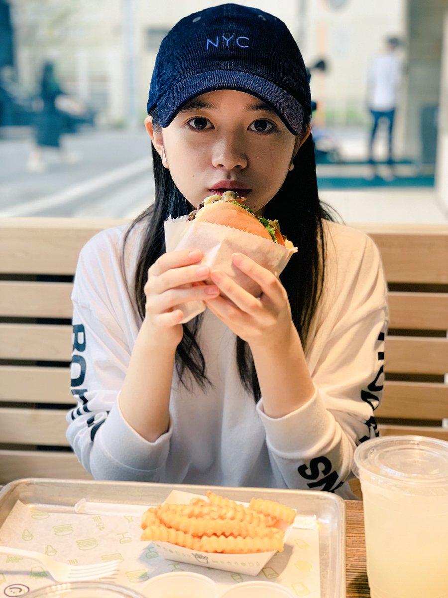 ハンバーガーを食べる桜田ひより