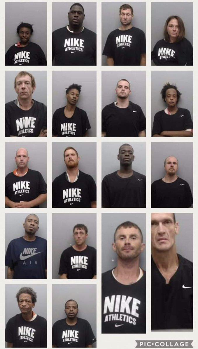 2cea78d675c Arkansaský šerif nemá rád Nike a do jejich oblečení navléká zločince ...
