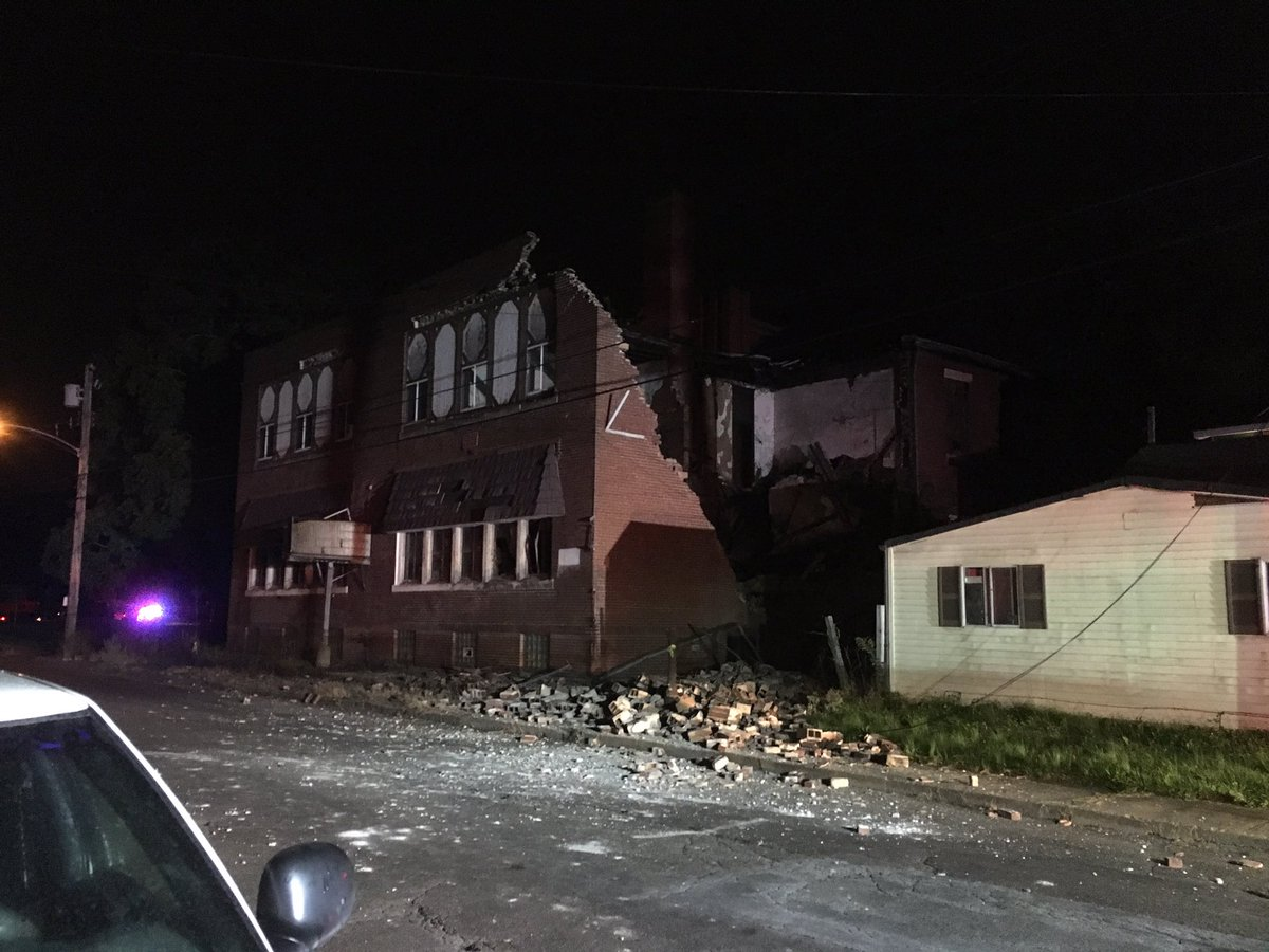 Partial building collapse in McKeesport. Emergency crews are on scene. #wpxi<br>http://pic.twitter.com/jSdapZXDHK