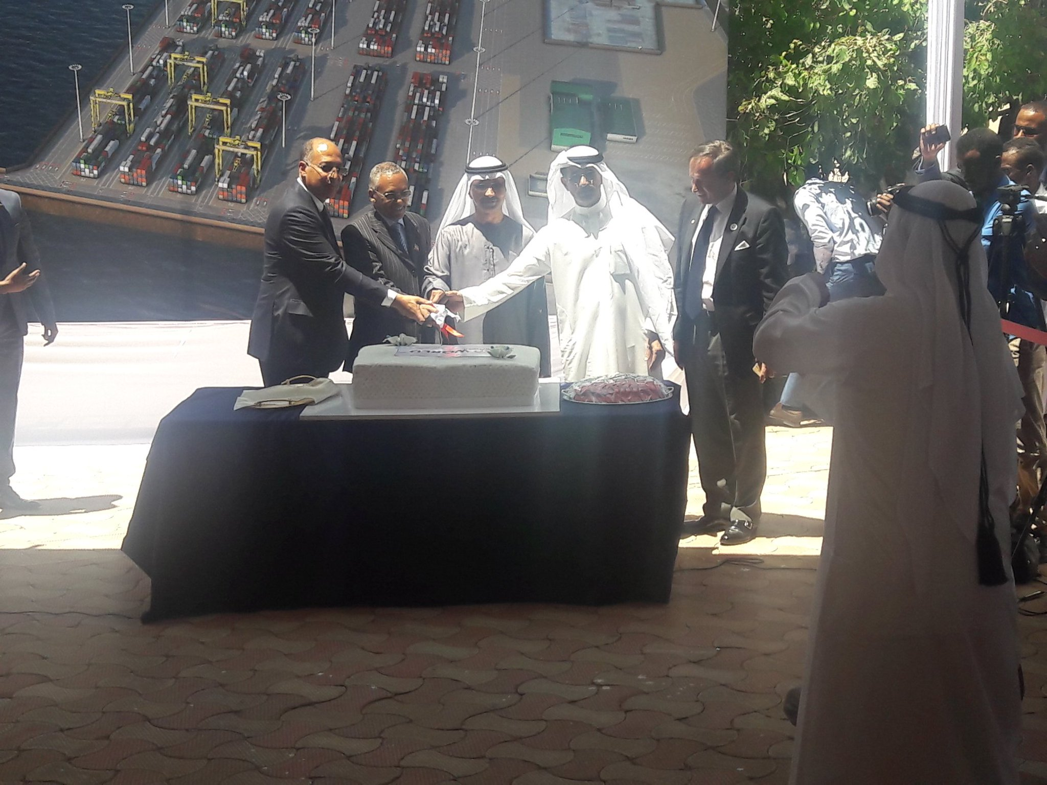 DP World and #Somaliland cut the wedding cake. Let's hope it turns out better than most marriages https://t.co/tUkbWePTRh