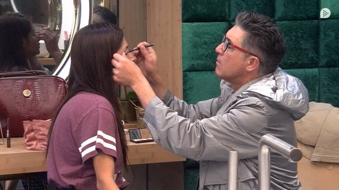 Ángel se ofrece maquillar a Miriam, a la que comenta que le hace falta como el comer una buena depilación. ¡Deseando estamos de ver el resultado! #GHVIP11O Photo
