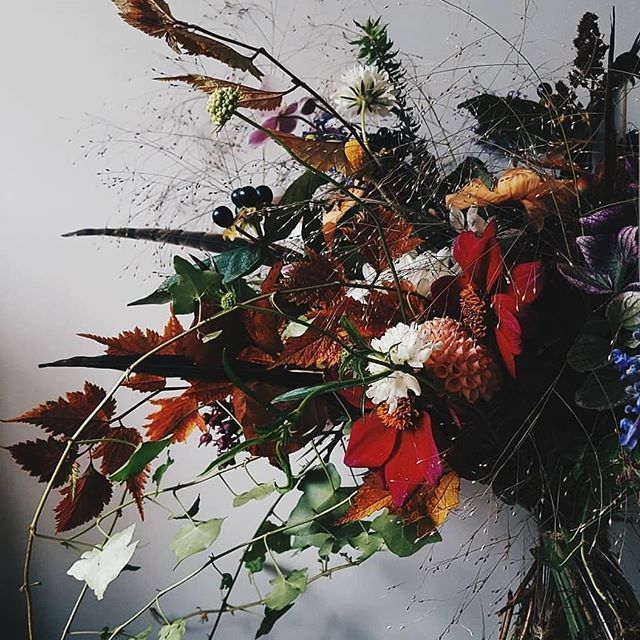 Autumn in a bunch. I'm going to miss the dahlias, if you saw my stories yesterday you'll have seen that the frost has come and ravaged them 😭 it always feels like a significant turning point in my year . . Time to prep for spring then! . . . #autumnd… https://t.co/sspt41qTxk https://t.co/hirxgxndiE