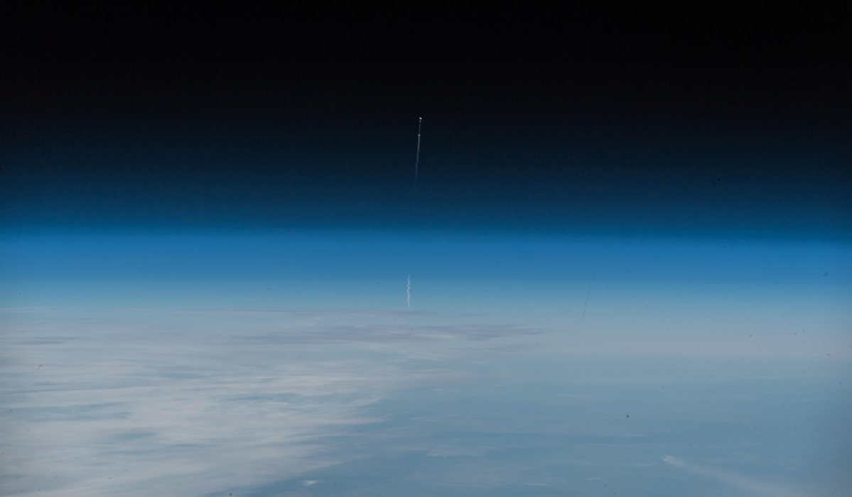 """Expedition 57 commander Alexander Gerst shared this image of today's aborted Soyuz launch taken from the International Space Station. """"Glad our friends are fine,"""" Gerst says.  https:// spaceflightnow.com/2018/10/10/liv e-coverage-two-man-crew-to-launch-on-six-month-space-station-expedition/ &nbsp; … <br>http://pic.twitter.com/chiQACpJsi"""