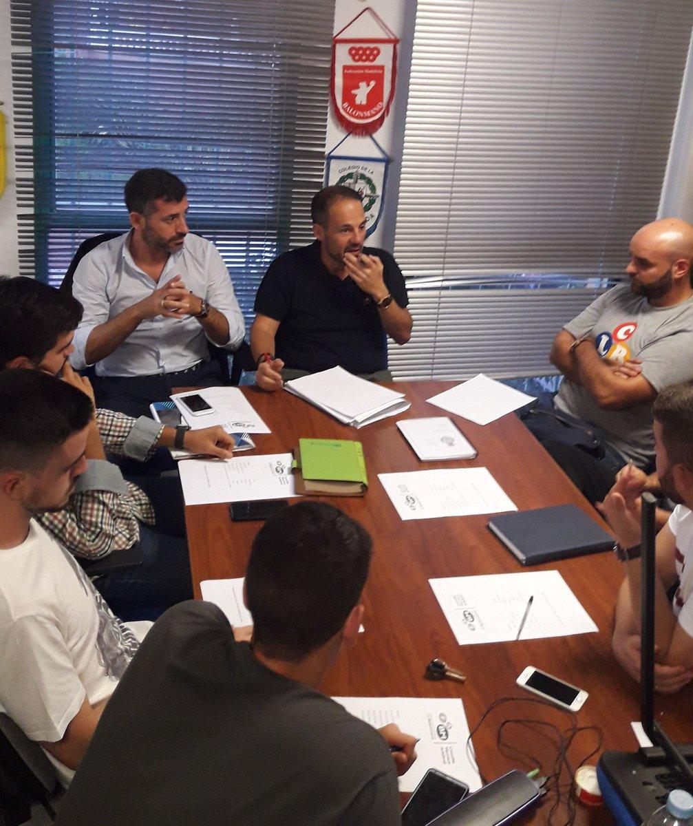 Reunión de trabajo de los #NacionalesMLG preparando el trabajo de tutorización de árbitros territoriales y provinciales para esta temporada. #formacion #estoesunnopararpic.twitter.com/6bJ9rOmBgT