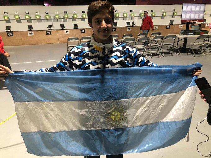 ¡La llevaste al podio, Facundo! Argentina sumó su sexta medalla en #BuenosAires2018 y la tercera en modalidades mixtas, siendo esta una de las grandes características de los JJOO de la Juventud. Lo logró Firmapaz en el tiro con carabina. Photo