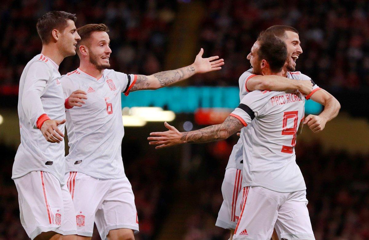 Los jugadores de España festejan un gol de Alcácer.