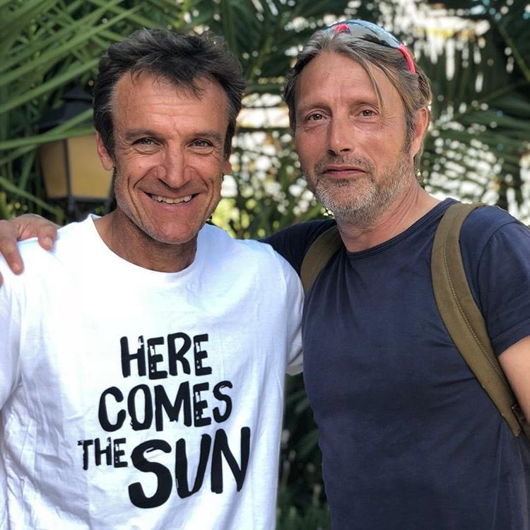 NEW PIC  : Mads and a member of the fondation &quot; HERE COMES THE SUN &quot; at Palma Sport &amp; Tennis Club in Mallorca, Spain  on October 11th, 2018. #MadsMikkelsen #Tennis   https://www. instagram.com/p/BozKupalQLq/ ?utm_source=ig_share_sheet&amp;igshid=1skdsw343bo36 &nbsp; … <br>http://pic.twitter.com/KyjPAU7PaA