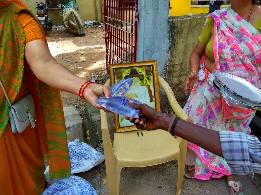 Glimpses of Prasad Distribution~Near MKB Nagar Police Station, #Chennai proves Society Upliftment programs by #EarthSaviour Bapuji are still carried on!!  But leaves a question to ponder upon... If not Hindus; who will #Be_With_The_Truth of #BogusRapeCase of #SaintForHumanity ??<br>http://pic.twitter.com/pSBZ25bIOJ