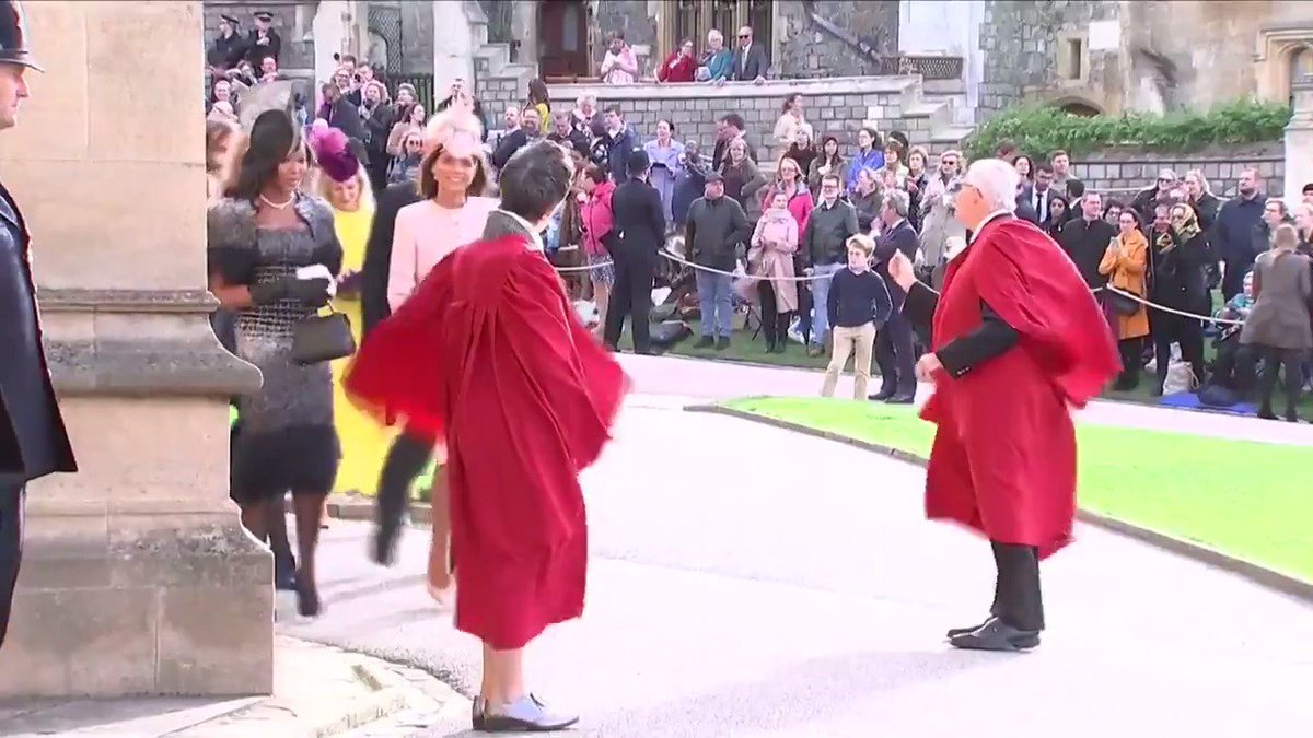 .@NaomiCampbell makes a glamorous entrance to #PrincessEugenie's wedding.✨ #RoyalWedding