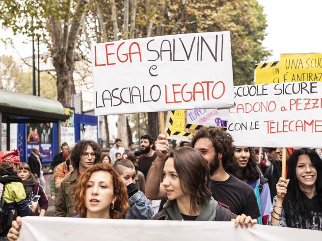 Studenti in piazza bruciano manichini di Salvini e Di Maio Foto | La diretta https://t.co/kQKxafr1fB