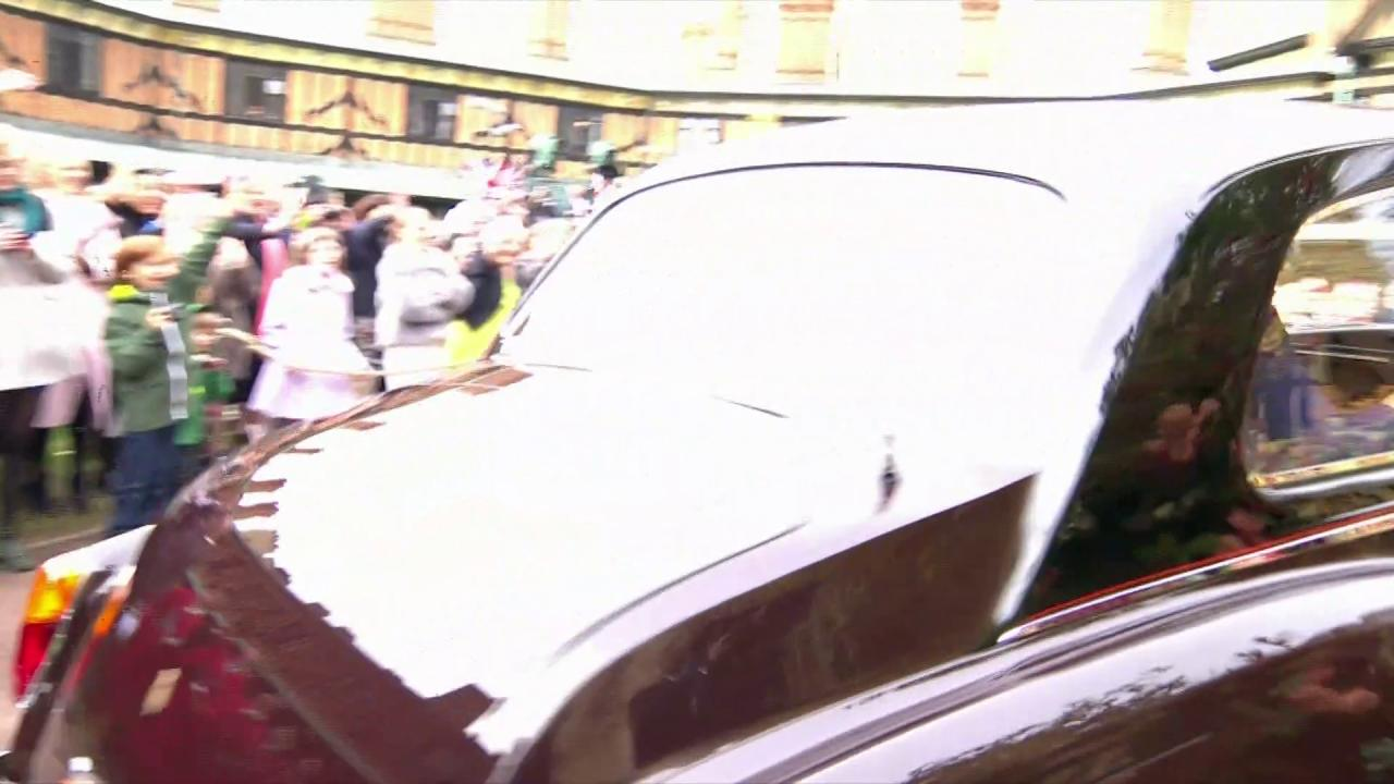 Mother of the Bride, Sarah, Duchess of York and Princess Beatrice, the Maid of Honour arrive for the #RoyalWedding https://t.co/R2vsCXLUno