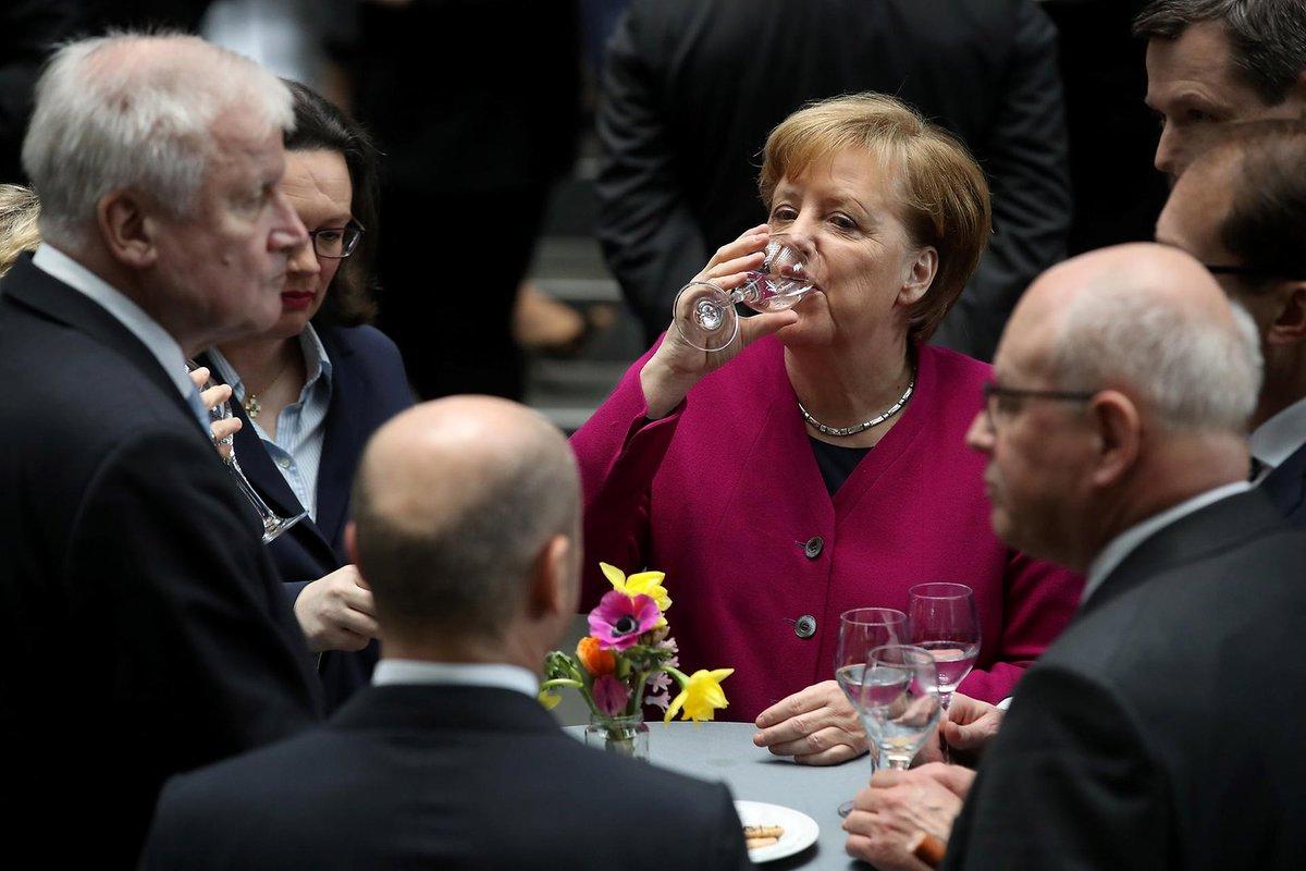 Almanya'da koalisyon partilerinin, yani anaakım siyasetin oy oranında tarihi düşüş sptnkne.ws/jKbZ