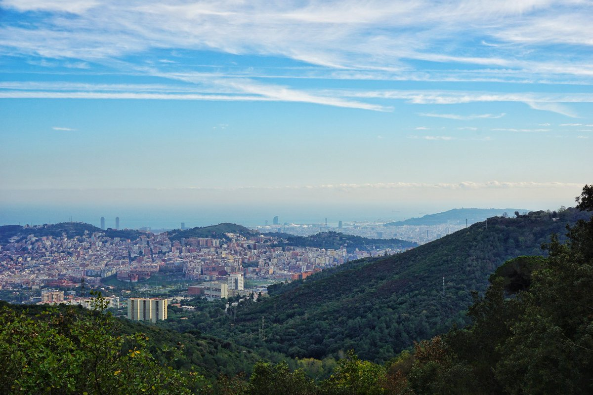 Barcelona looks fantastic when you climb up the hills and look it from a distance  via @BCNinfosite #travel #FelizFinde <br>http://pic.twitter.com/dlDjkKmOct