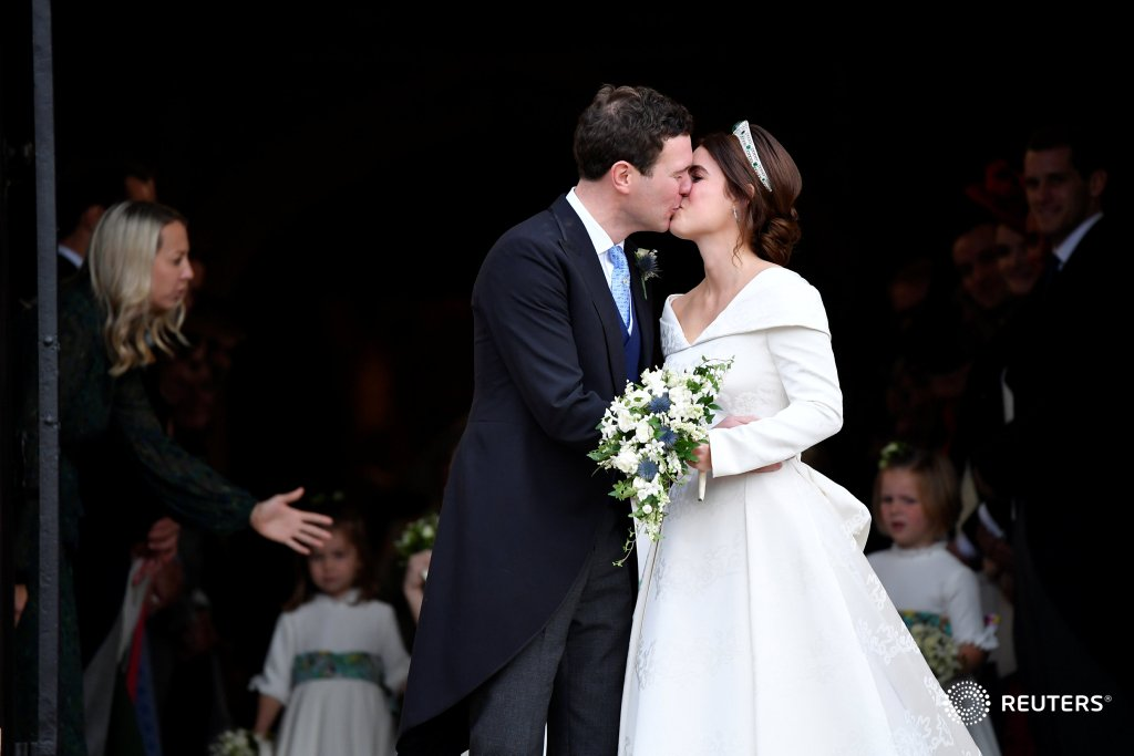 The Queen's granddaughter Princess Eugenie marries Jack Brooksbank at grand #royalwedding https://t.co/bNI1J5sMPS https://t.co/pTmmZgemdE