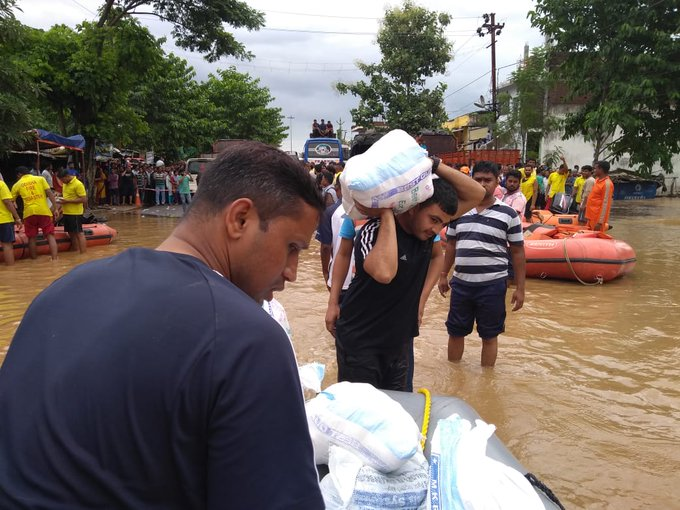 Indian Navy joins relief operations in severe #TitliCyclone affected areas. Naval helicopters carrying diving team, Gemini&OBM launched today for air-dropping food packets & relief material in the most affected areas by #TitliCyclone across Andhra Pradesh & Odisha: Indian Navy Photo