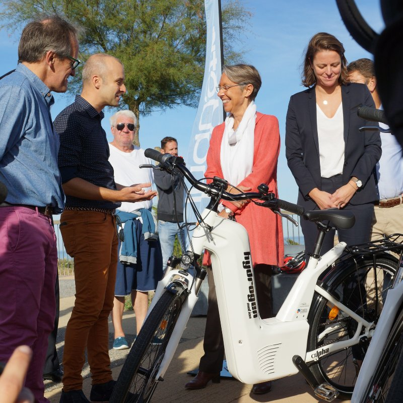 Pierre Forte PDG de @PragmaFuelCells discute vélo   à #hydrogène, en compagnie de la ministre des transports @Elisabeth_Borne  #H2now #hydrogen #environnement #HydrogenNow #fuelcell