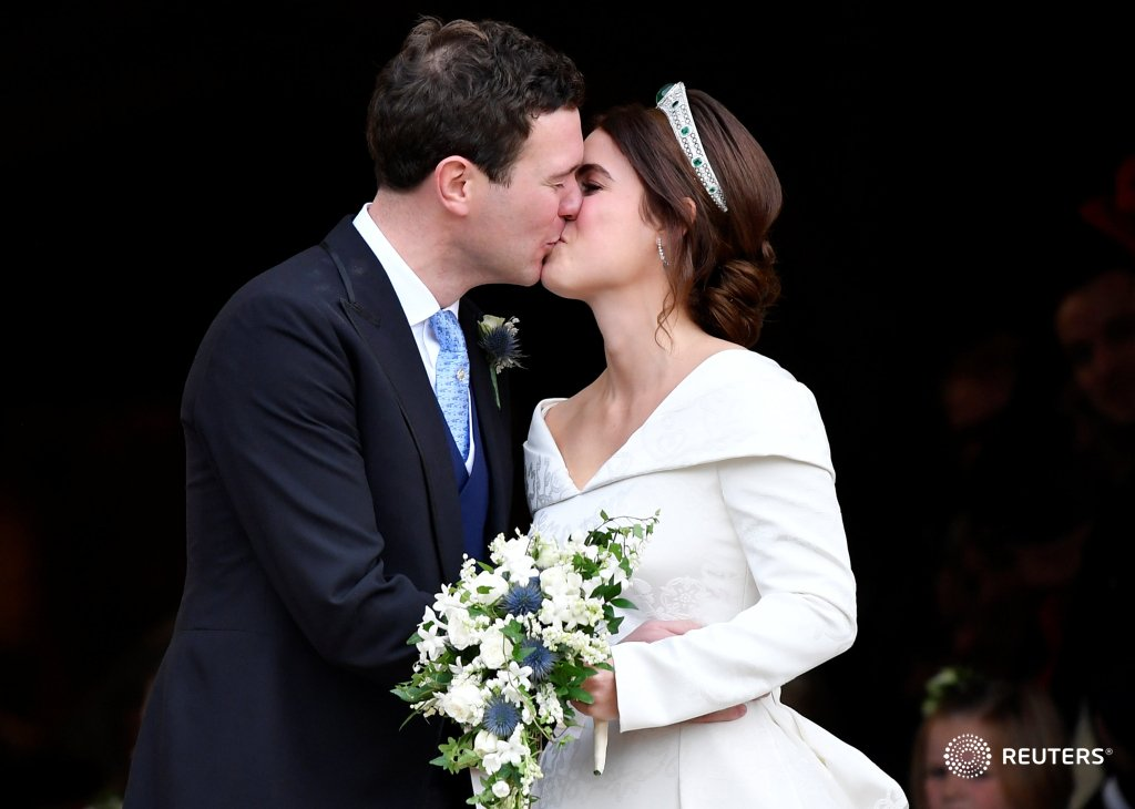 Queen Elizabeth's granddaughter marries at grand #RoyalWedding https://t.co/PPbMiVPExt https://t.co/jV9p4fVaad