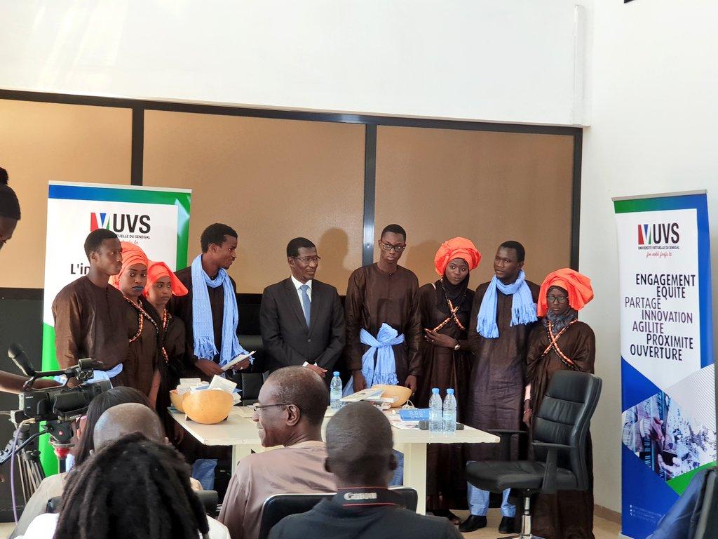 """Déclamation du poème  """"Souvenirs intellectuels"""" par Mame Léna DIONGUE, étudiante en L2 Mathématiques appliquées et Informatique et remise symbolique de présents au Pr Mary Teuw NIANE.#Kebetu #Senegal #ALivreOuvert #UVS  - FestivalFocus"""