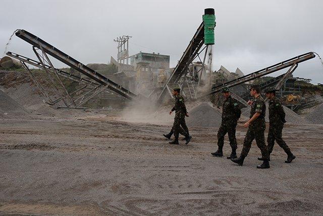 O Comandante da 5ª Região Militar e comitiva visitaram o 1º Batalhão Ferroviário de Lages (SC) para conhecer a unidade e as operações de construção que estão sendo executadas. #engenhariamilitar