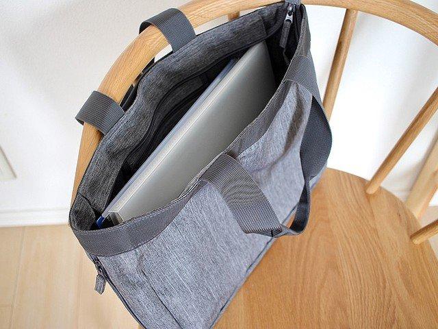 【画期的】無印良品「荷物の量で広げられるトートバッグ」が便利   ファスナーを広げるとマチが10cmから29cmに。1泊程度の荷物なら余裕で入り、キャリーケースに通して運ぶことも可能。