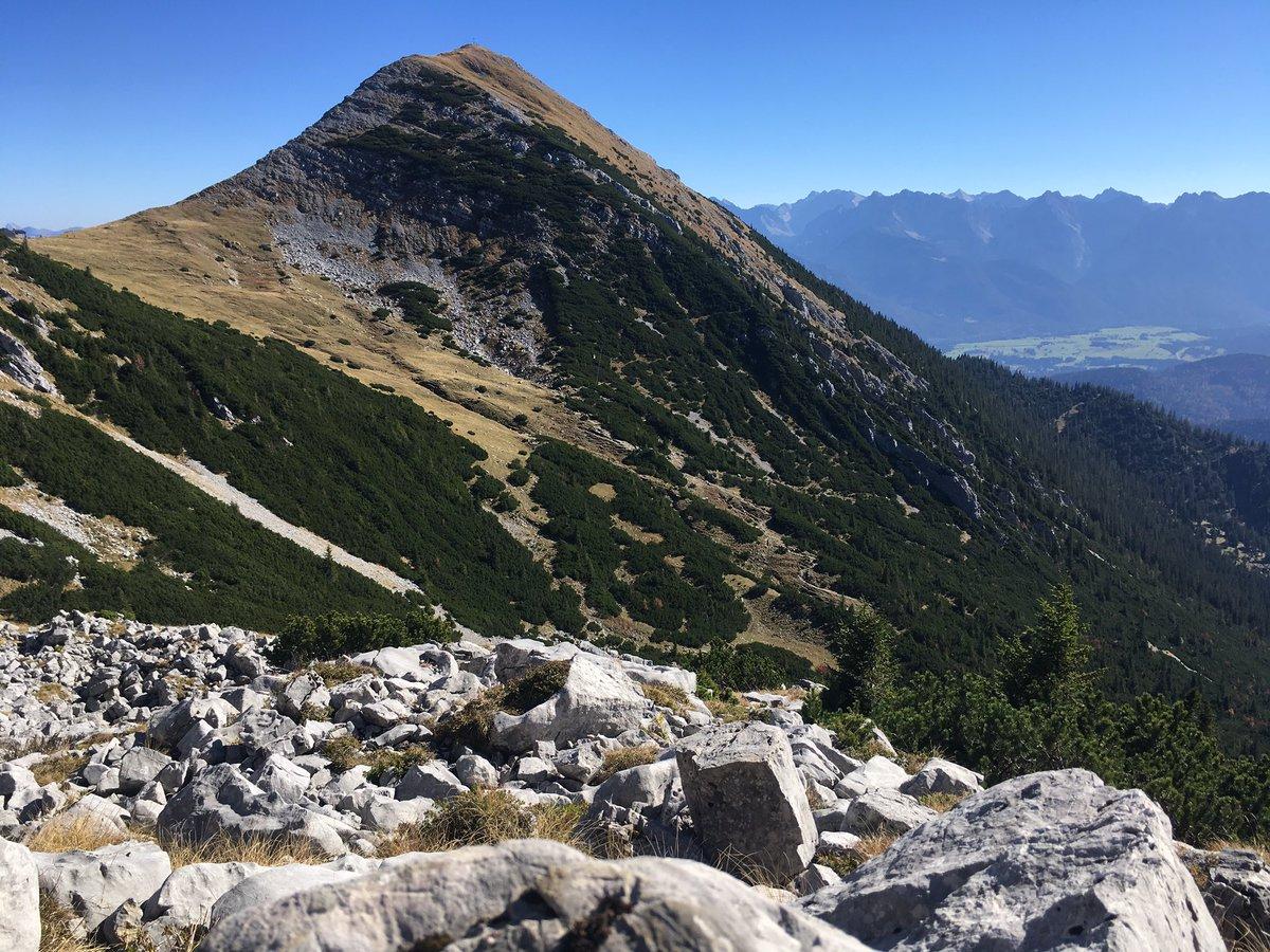 Aber mei. Blauer Himmel, der Föhn bläst, schöne Wege, Ammergauer, Zugspitze, Karwendel, Isarwinkel direkt vor der Nase, dahinter der Hauptkamm. Auch am zweiten Gipfel in der Sonne sitzen. Scho schee. #bergvau https://t.co/Ww4P0BQlzF
