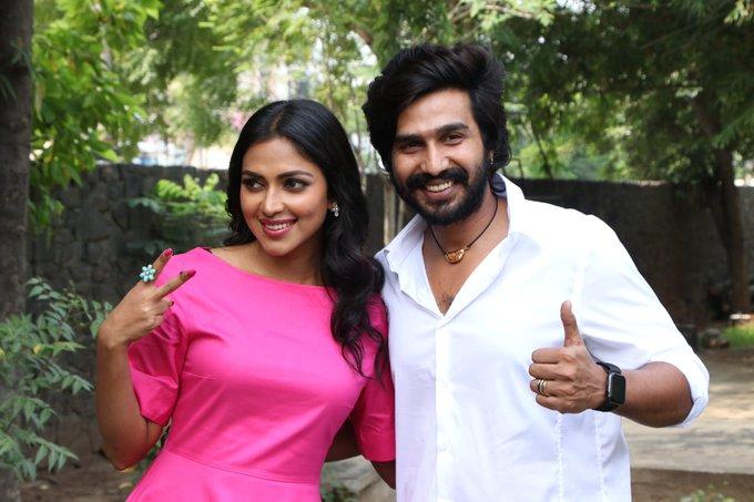 வெற்றி குறி Victory pose @vishnuuvishal and @Amala_ams, they totally deserve it #RatsasanSuccessMeet Photo