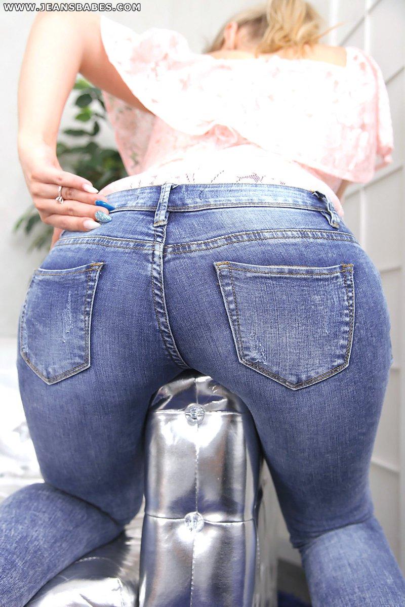 Садо легкое девушку в джинсах обкончали дроч
