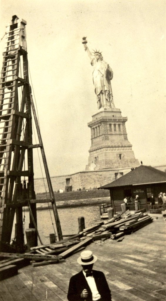 Saturday photography  Statue: Liberty Enlightening the World/ Statue of Liberty. Photographer: Unknown photographer. Place: Liberty Island. City: New York. Country: USA  Year: 1921. Decade: 20&#39;s. #Special80s #StatueOfLiberty #NewYork #FelizSabado #FelizFinde #FelizSábado #20s<br>http://pic.twitter.com/zX8NLF40NW