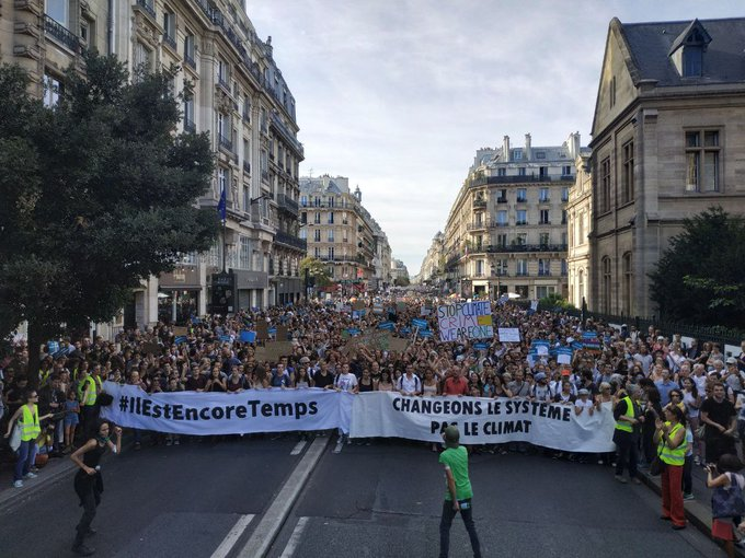 Während in Berlin Menschen #unteilbar gegen den Rechtsruck demonstrieren, gehen in 60 Städten in Frankreich zehntausende beim #MarchePourLeClimat für mehr Klimaschutz auf die Straße! via @attac_fr Photo