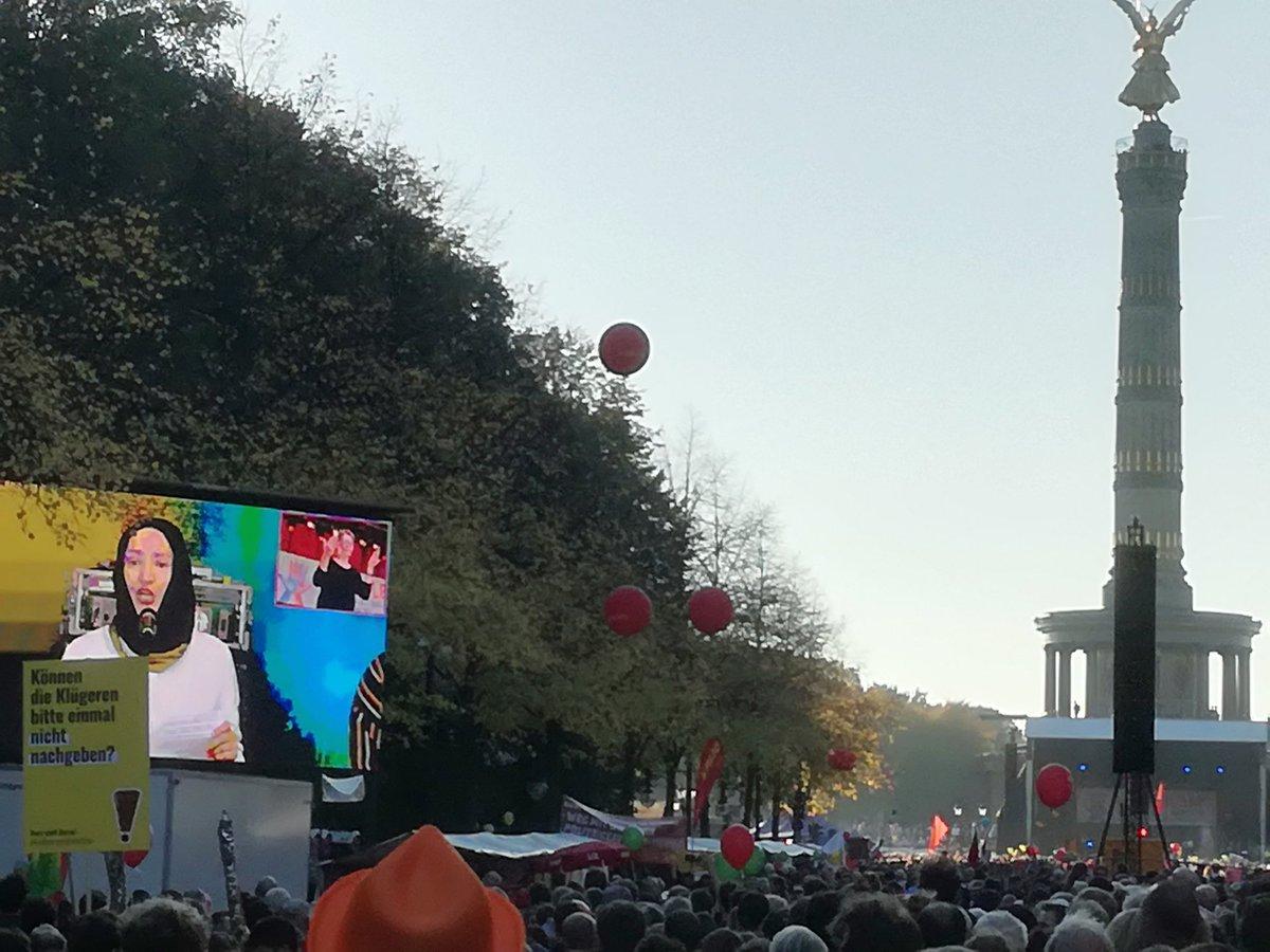 Ansprache von Kübra Gümüsay auf der Leinwand mit Siegessäule im Hintergrund