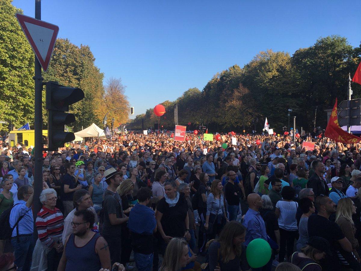 Sehr viele in Berlin unterwegs für Menschenrechte und soziale Gerechtigkeit. Über 100.000 bei #unteilbar.