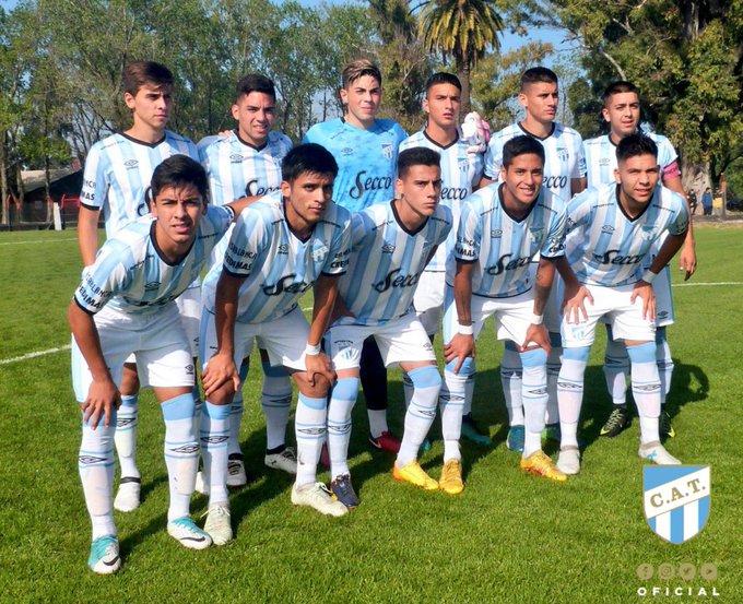 #JuvenilesSAF [CUARTA] ⏱ ¡Final del partido en Rosario! Fue derrota, Fernando Brue anotó para el Decano. ⚽ @CANOBoficial 4 - @ATOficial 1 #VamosDecano 💪💙 Foto