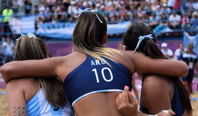 Las Kamikazes, Selección Argentina🇦🇷 femenina de beach handball, se metieron en la final de #BuenosAires2018 después de vencer a Hungría🇭🇺 en shoot out y ya aseguraron medalla Foto