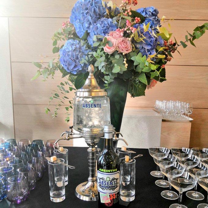 On prépare pour ce soir ! Café Montmartre 1900 en bleu et rose Suggestion avant ou après les Spectacles dans la nef de 19h30 et 21h #picassocircus @MuseeOrsay Photo
