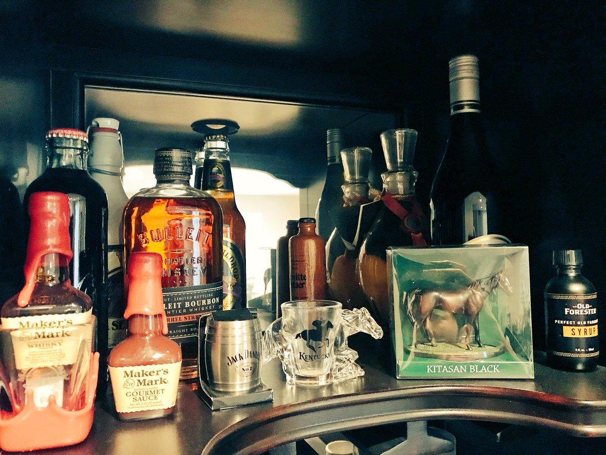 test ツイッターメディア - 日本で買ったキタサンブラックのフィギュアをお酒コーナーに飾ったらめっちゃ大人の趣味ゾーンになった。  問題は誰一人酒を飲まない。 https://t.co/aW70guboTM