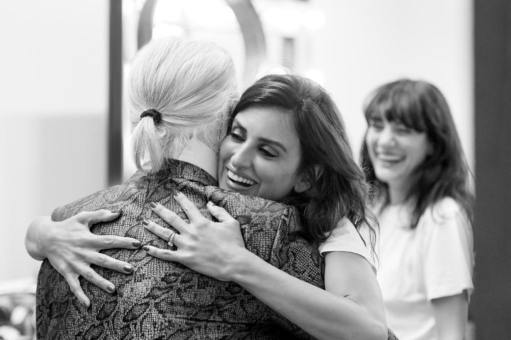 Actress Penélope Cruz greeted Karl Lagerfeld and Lucia Pica as she arrived on set of the #CHANELCruise 2018/19 campaign in Paris. More to come on October 31st as the collection arrives in boutiques and on https://t.co/Y2FyMJGzCi