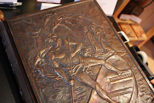 Du livre-harpe à la couverture en bronze, ouvrages insolites à Francfort  https:// www.actualitte.com/t/KVrVYtkM  @Book_Fair CC @SILROAParis @Moodyarchive#fbm18 #bibliophilie #collection #reliure #manuscrits #autographes  - FestivalFocus