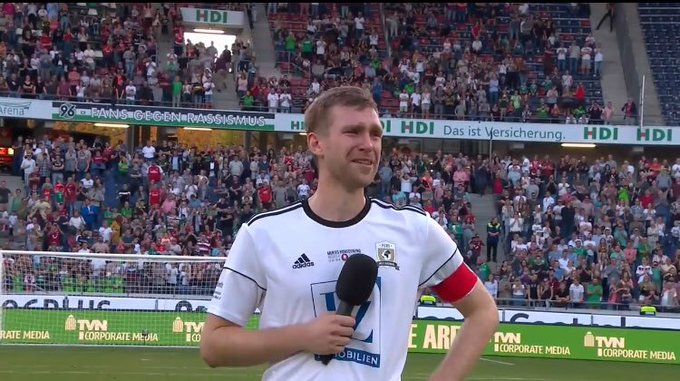 Amazing words from @mertesacker We could see how much it meant to him. My one great Captain! ❤ #MertesHomecoming Foto