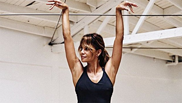 Want the secret to looking as gorgeous as Halle Berry? Let the woman tell you herself! https://t.co/iRrkobZUdj
